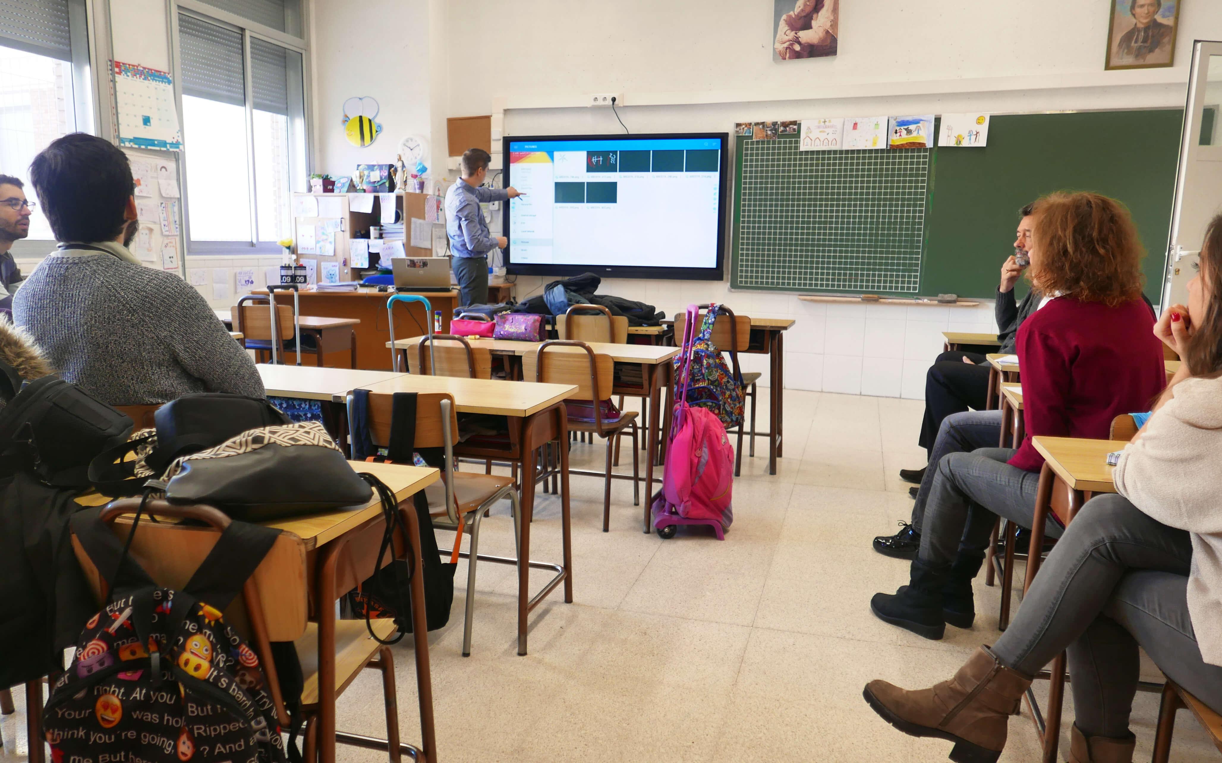 smart interative display in classroom