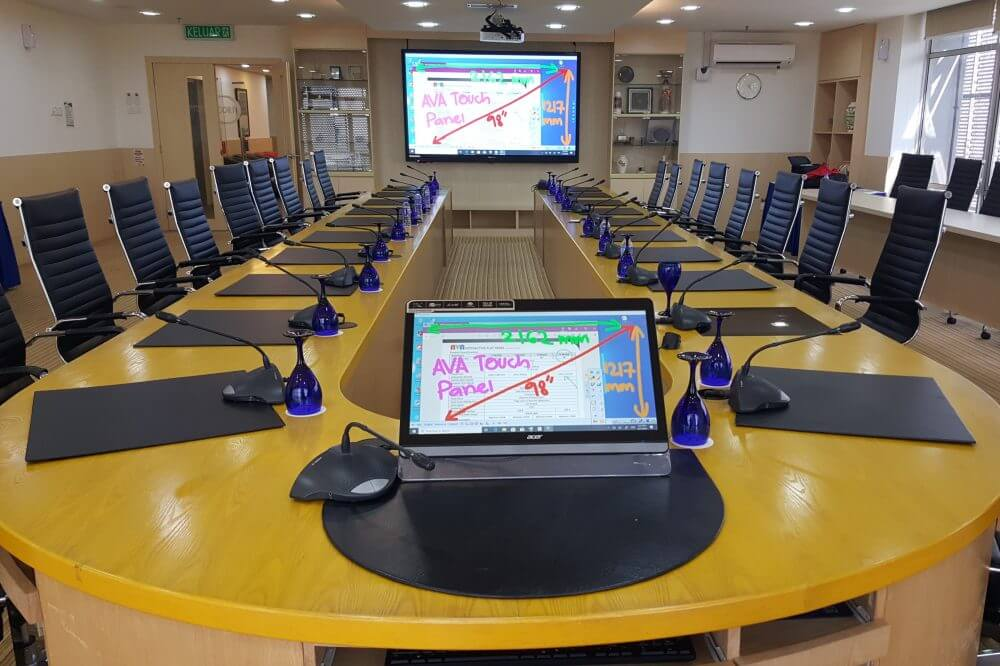wireless casting you screen on interactive display from any device in boardroom